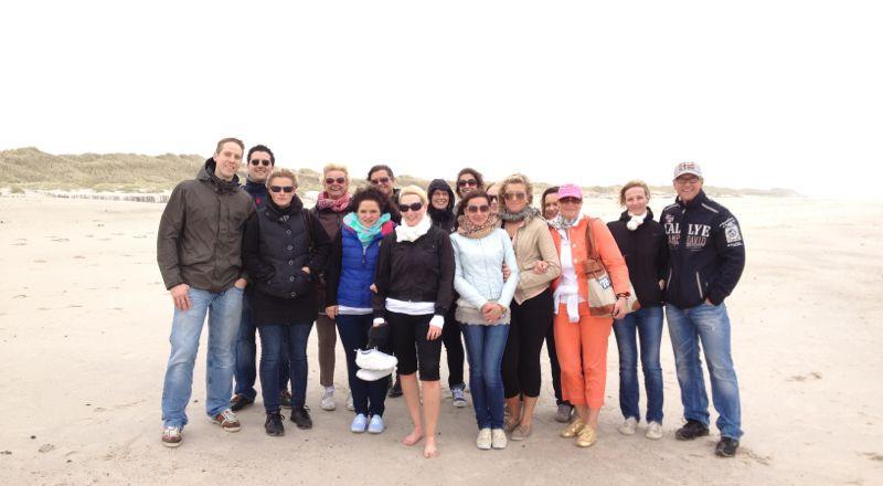 "Gute Laune trotz ""steifer Brise"" - unser Team der dental Praxis Kaltenkirchen am Sylter Strand."